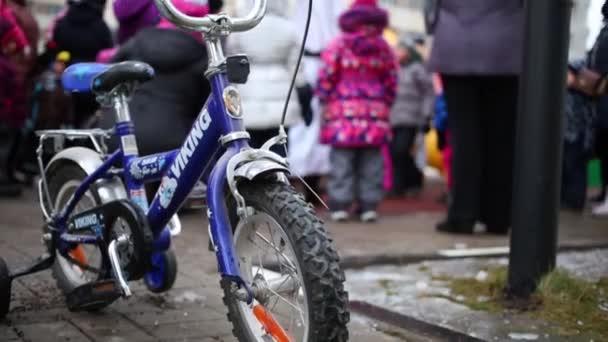 Moskva – 18. prosince 2014: Dětské kolo před děti hrající si s animátor v bytovém komplexu Losinyj Ostrov. Obrázek animátorů jsou klauni, kreslených postaviček a známých celovečerních filmů
