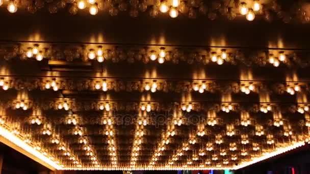 Linien von Lauflichtern mit Lampen, die durch drei Teile gruppiert sind.