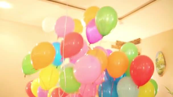 Různobarevné balónky naplněné heliem na dovolené