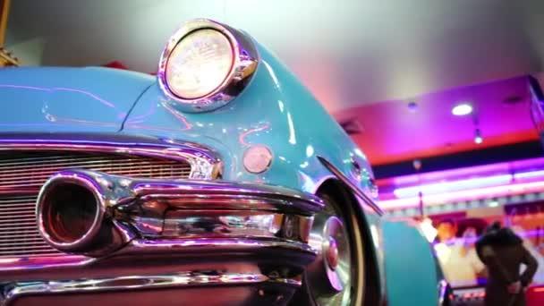 Detailní záběr dvou retro auta světlometů v restauraci