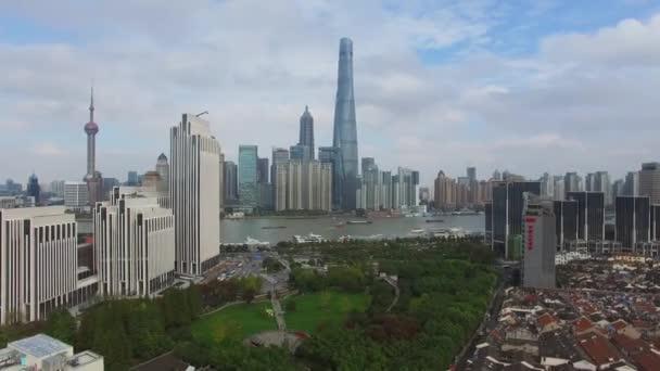 Panorama města s mnoha mrakodrapů a Oriental Pearl televizní věž na podzimní zamračený den. Letecký pohled