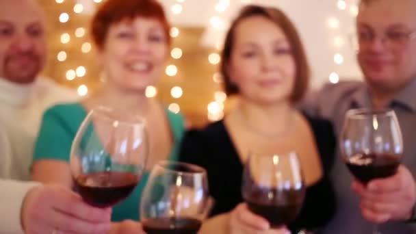 Čtyři přátelé s červeným vínem v brýlích bratříčkovat. Zaměřit se na brýle