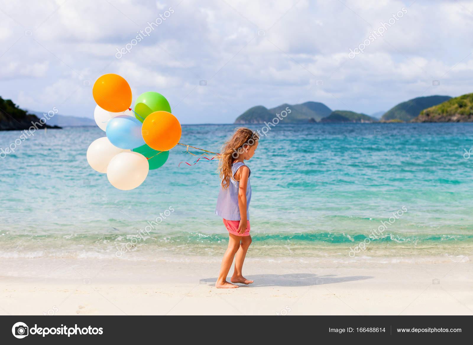 Nina Con Globos En La Playa Foto De Stock C Shalamov 166488614