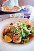 Fotografie Lahodné Caesar salát s grilovanými krevetami podávané k obědu či večeři