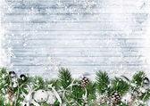 Karácsonyi fenyő ágak, a jingle bells és a hóeséstől határ