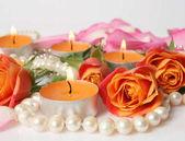 Fotografie schöne Blumen und Kerzen