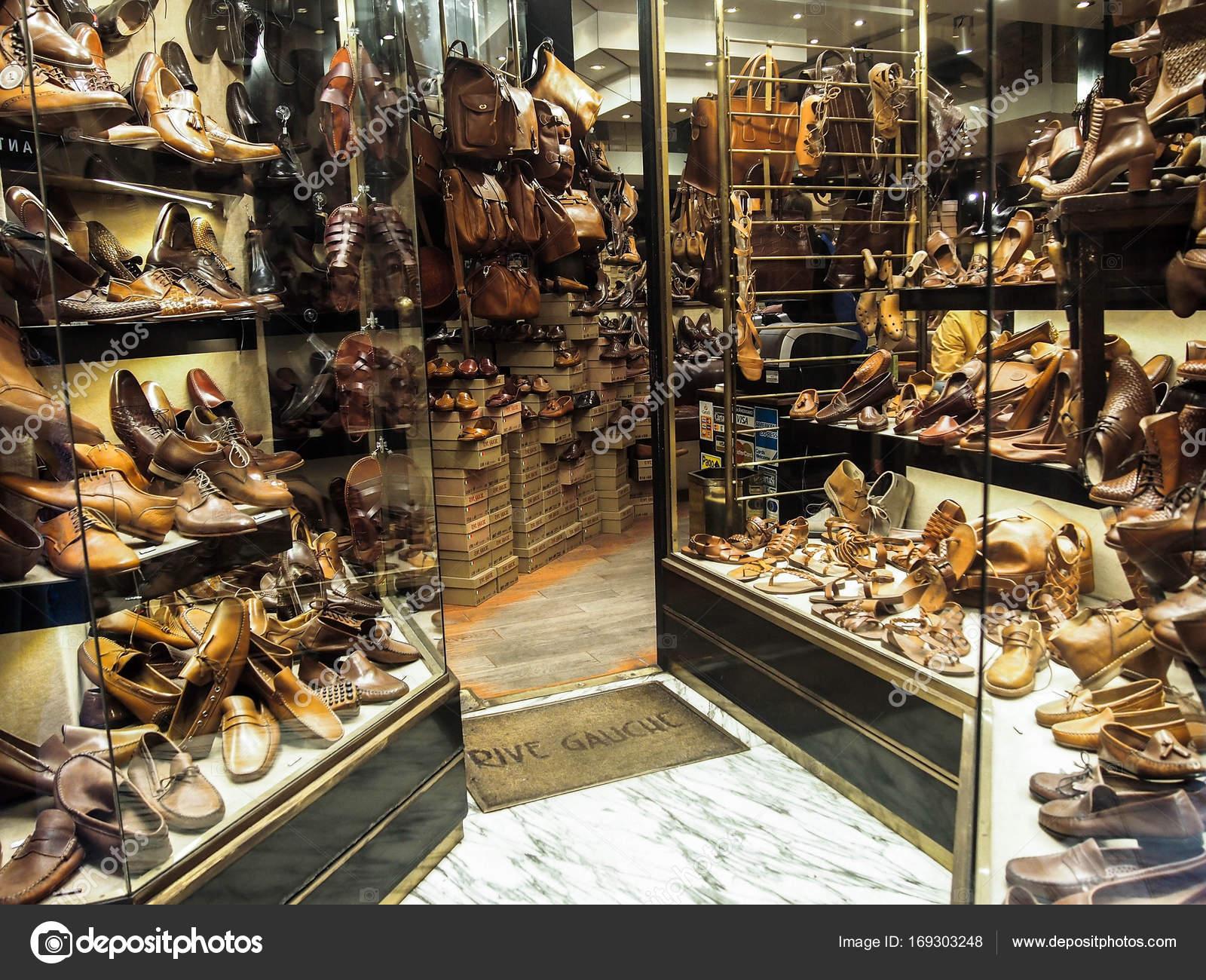 4cd313accd6f4d Venise, Italie - 8 octobre 2017 : L'industrie de fabrication de chaussure  italienne est en plein essor. Magasin de chaussures Venise, Italie — Image  de ...