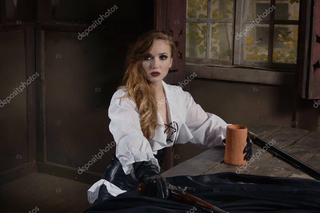 Mode Porträt Der Frau Im Piraten Stil In Taverne Stockfoto