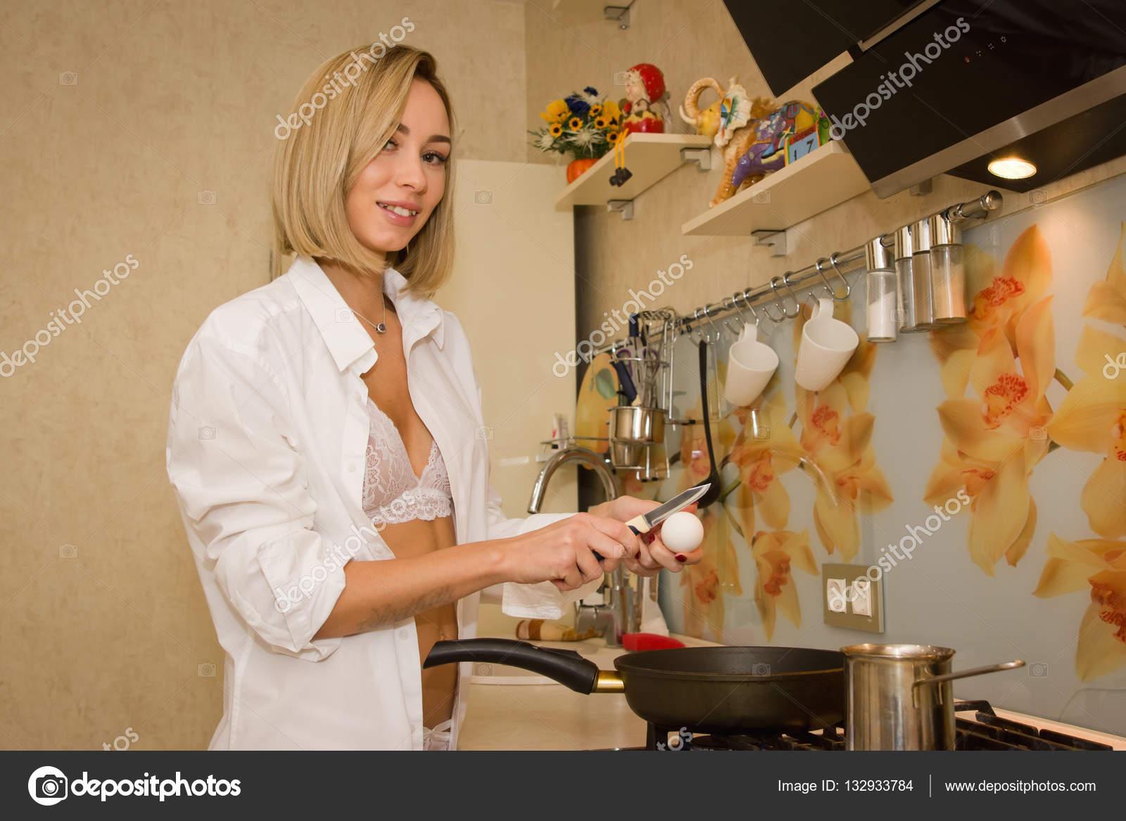 сексуальные девушка готовит кофе