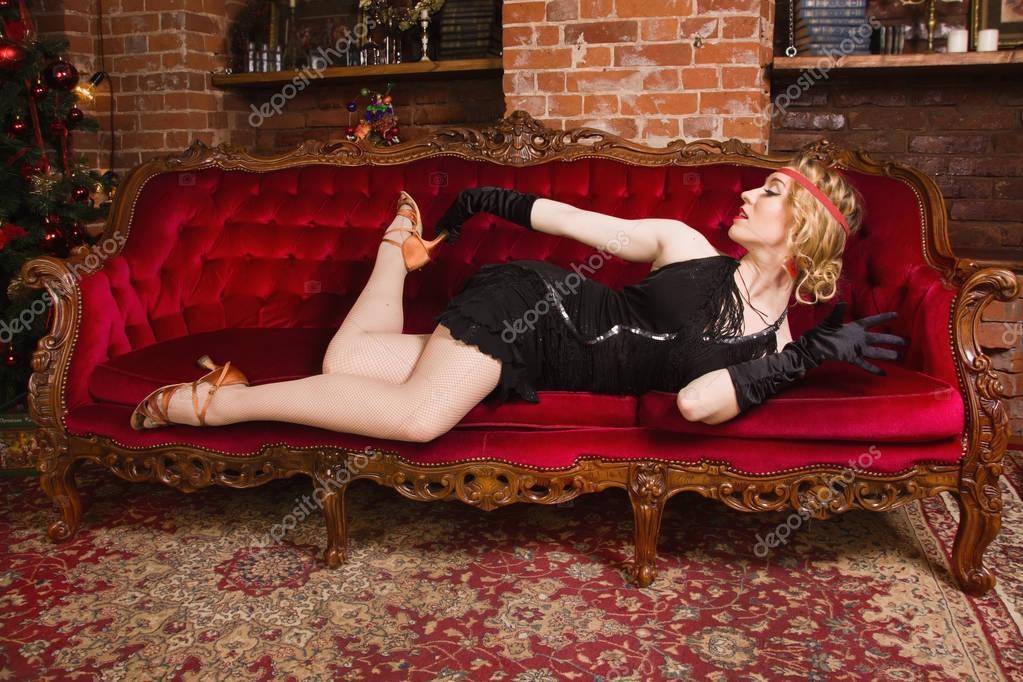 Покорная молодую тетушку на диване