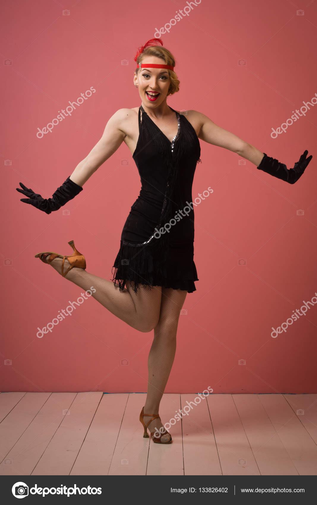 Linda actriz en vestido retro negro bailando charleston — Fotos de ...
