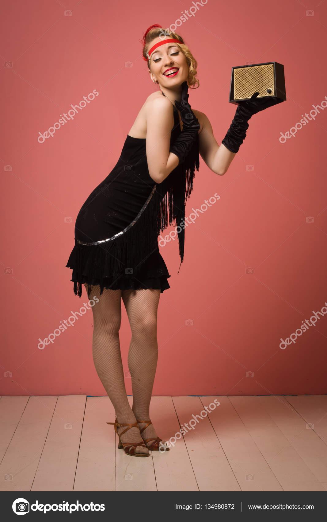 Linda actriz en vestido retro negro con diadema — Foto de stock ...