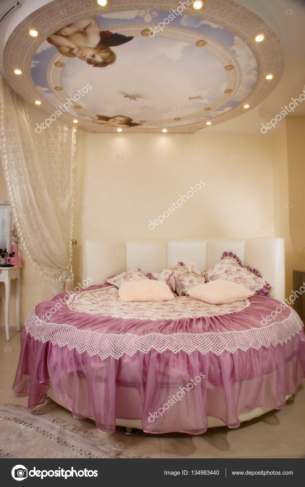 Bella camera da letto con un letto rotondo — Foto Stock © Demian ...