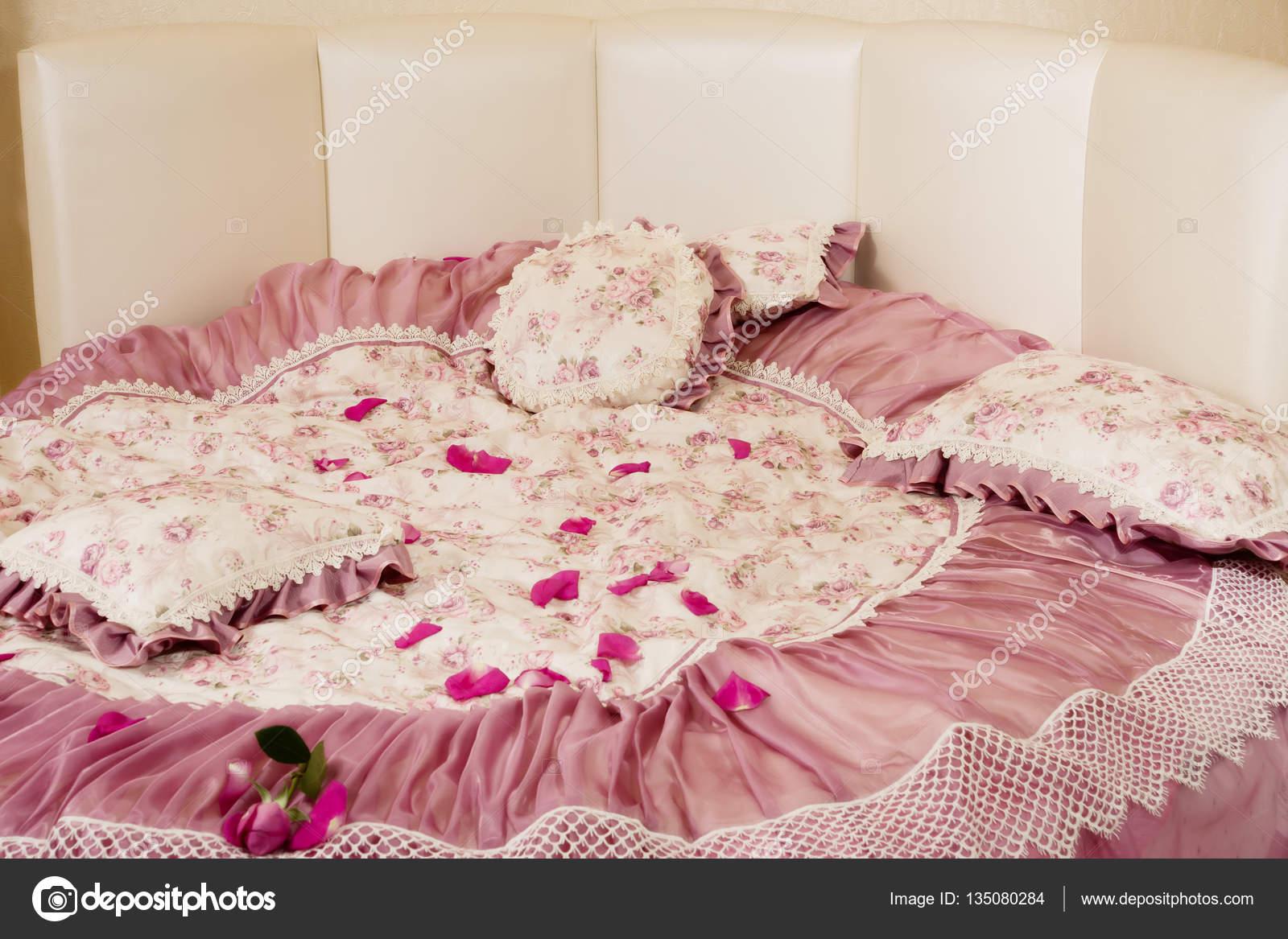 Mooie slaapkamer met een ronde bed — Stockfoto © Demian #135080284