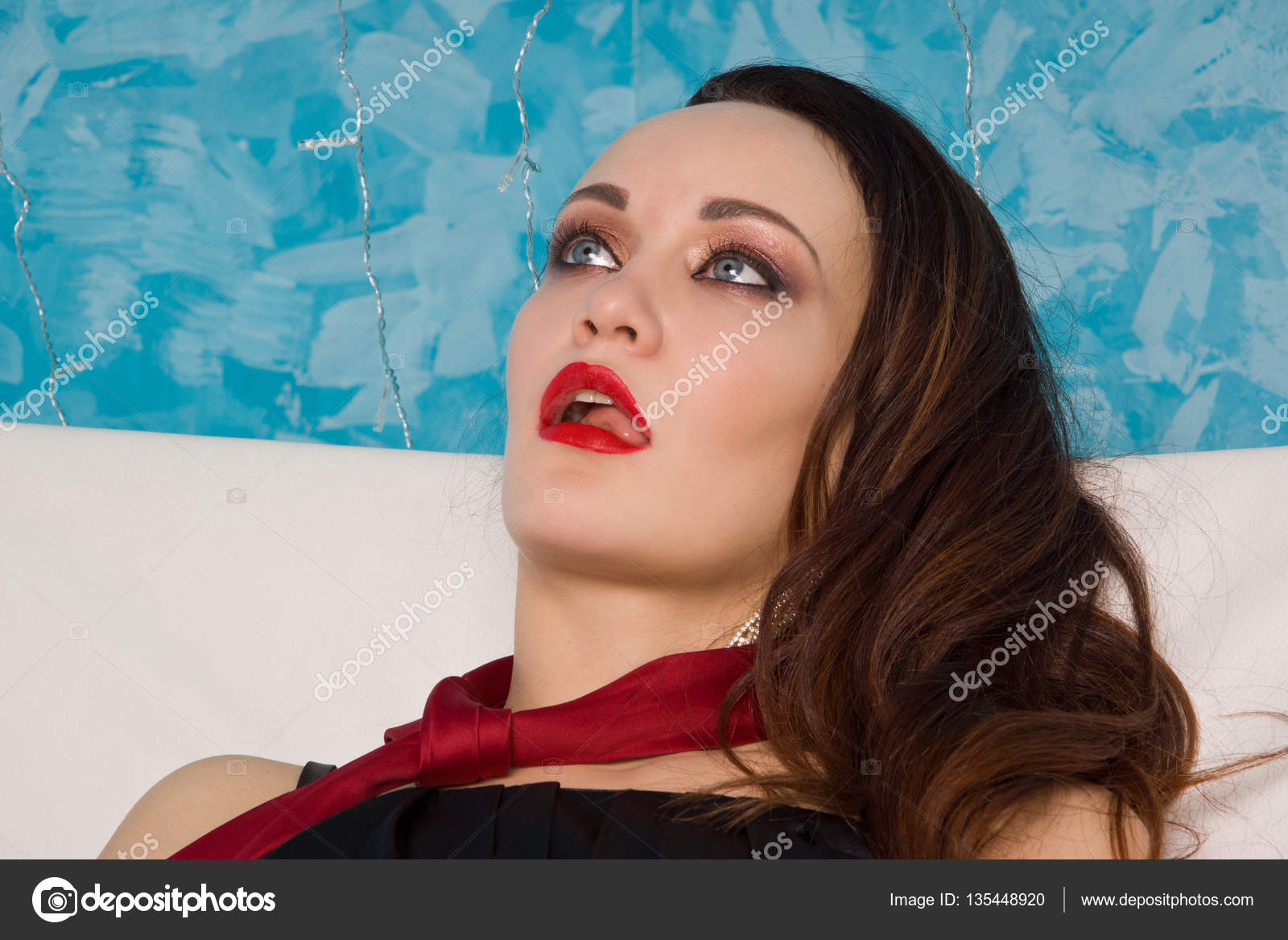 Astounding Strangled Beautiful Woman In Black Dress Lies On The Couch Gamerscity Chair Design For Home Gamerscityorg