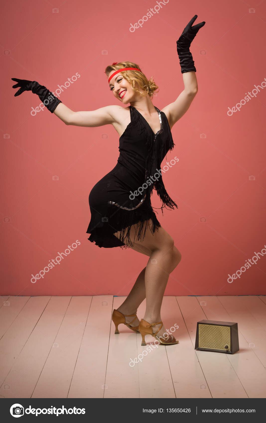 Linda actriz en vestido retro negro bailando charleston — Foto de ...