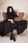 Sinnliche gotische Frau in einem langen wunderschönen schwarzen Kleid