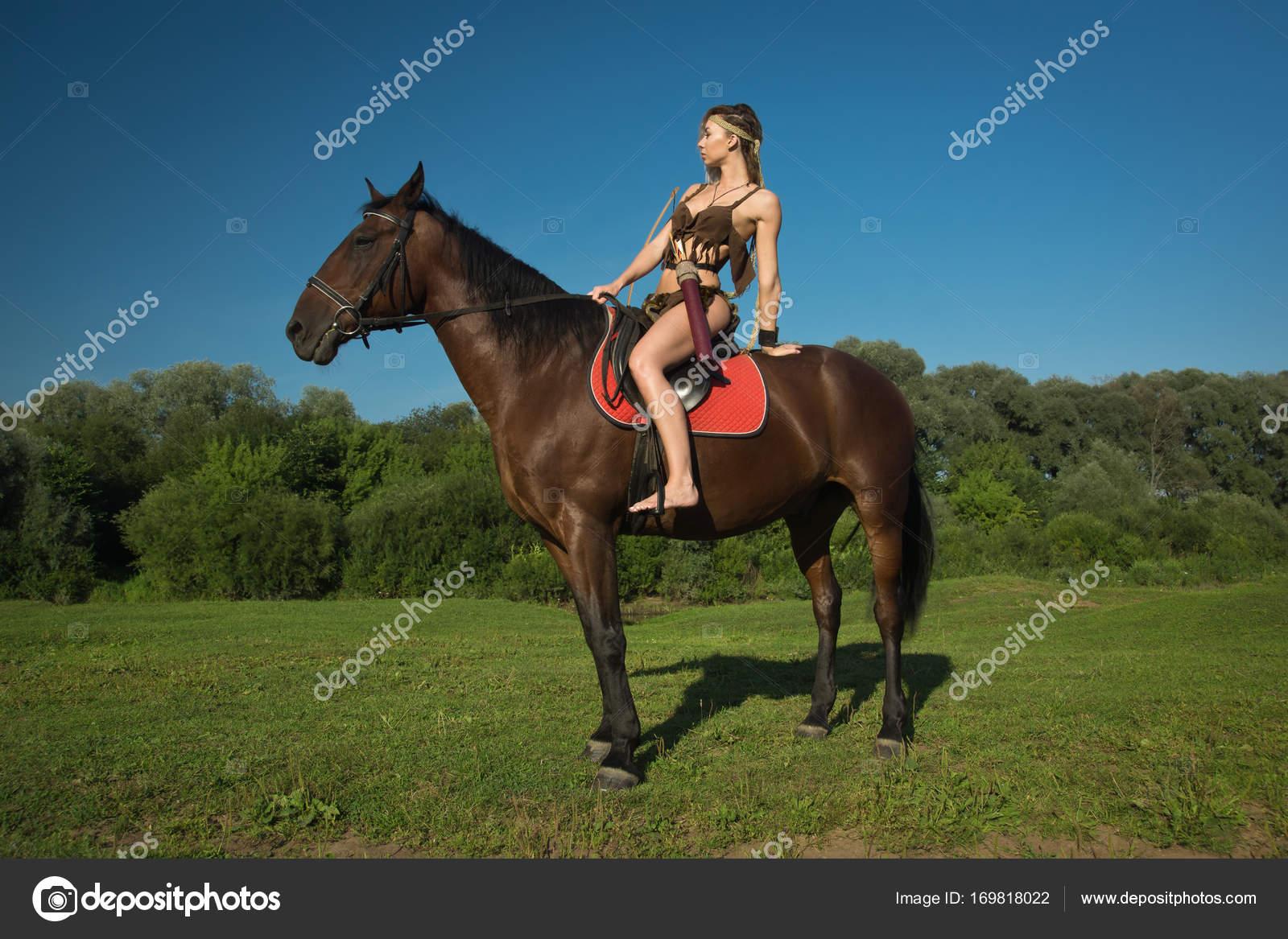 73c84ad6d Chica salvaje Amazona a caballo — Fotos de Stock © Demian  169818022