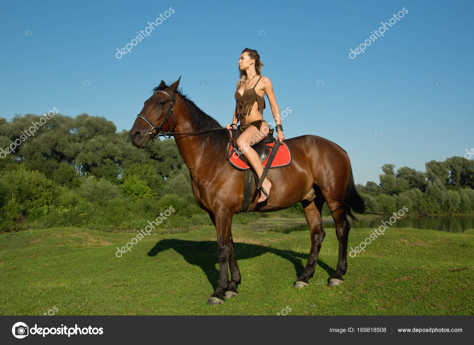 3ae0efc03 Chica salvaje Amazona a caballo — Fotos de Stock © Demian  169818508