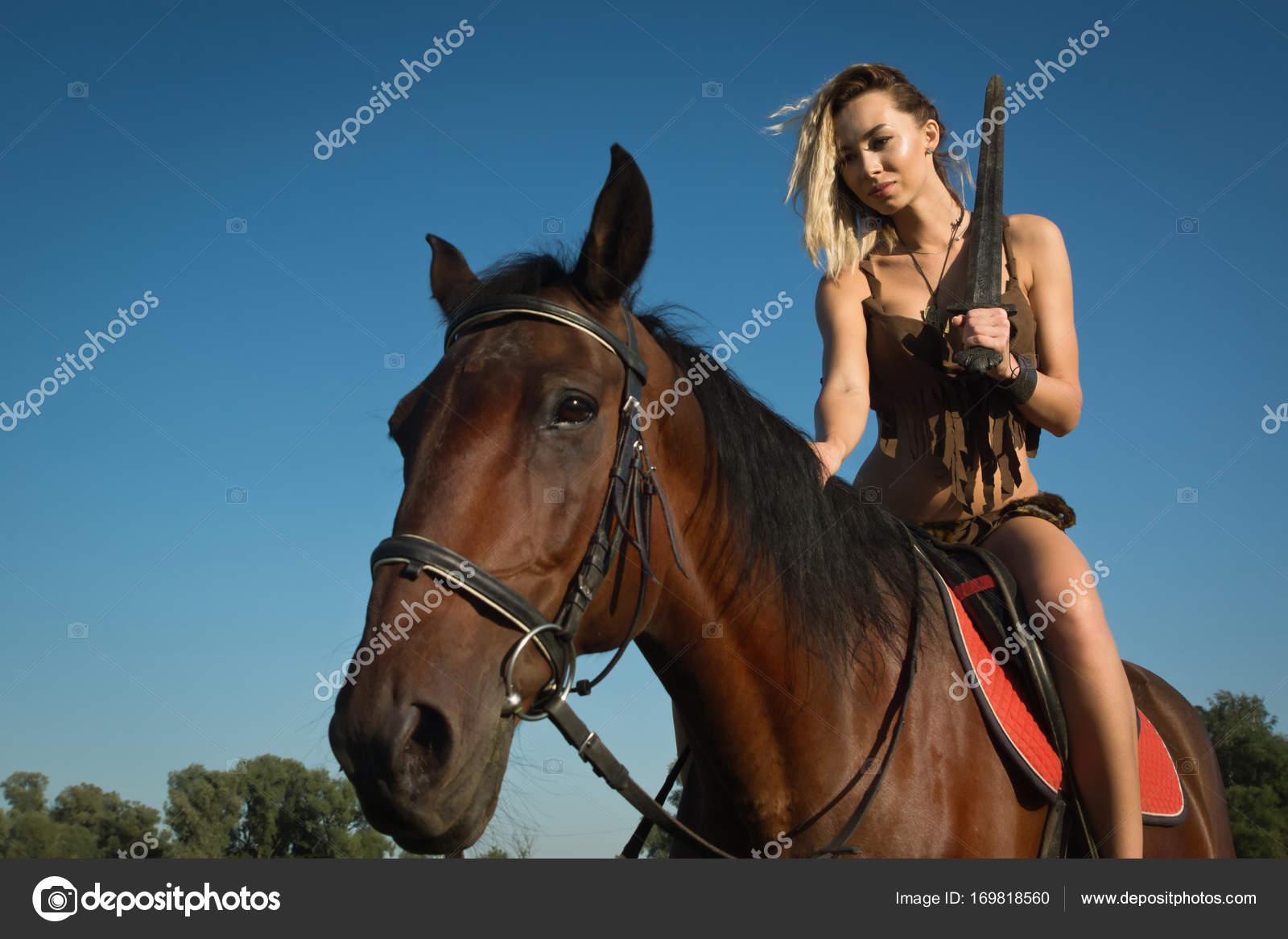 8a6032e51 Chica salvaje Amazona a caballo — Foto de stock © Demian  169818560