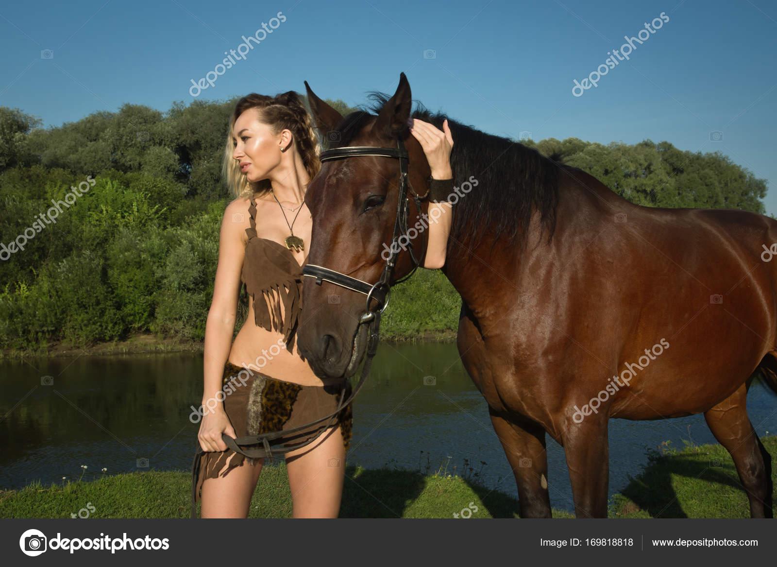 1ff16143a Chica salvaje Amazona a caballo — Fotos de Stock © Demian  169818818