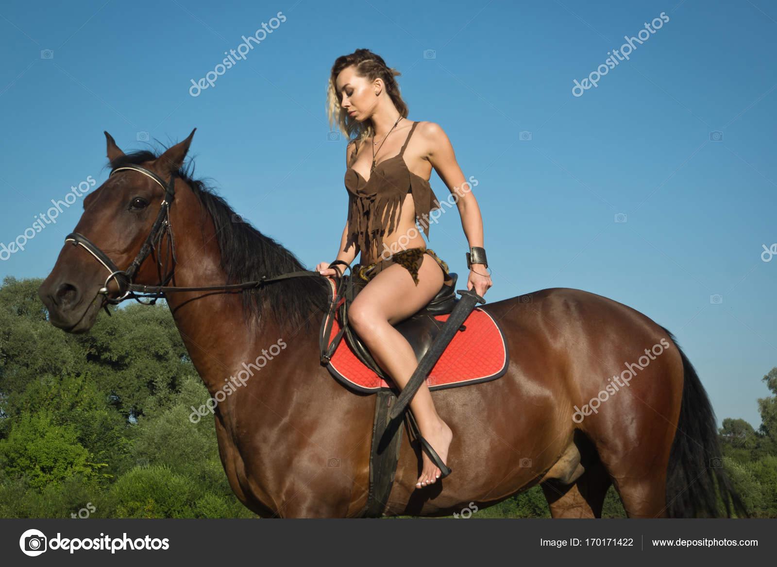 6e09089e7 Chica salvaje Amazona a caballo — Fotos de Stock © Demian  170171422