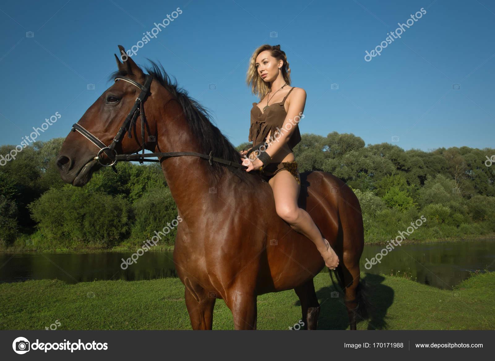 8b0072220 Chica salvaje Amazona a caballo — Fotos de Stock © Demian  170171988