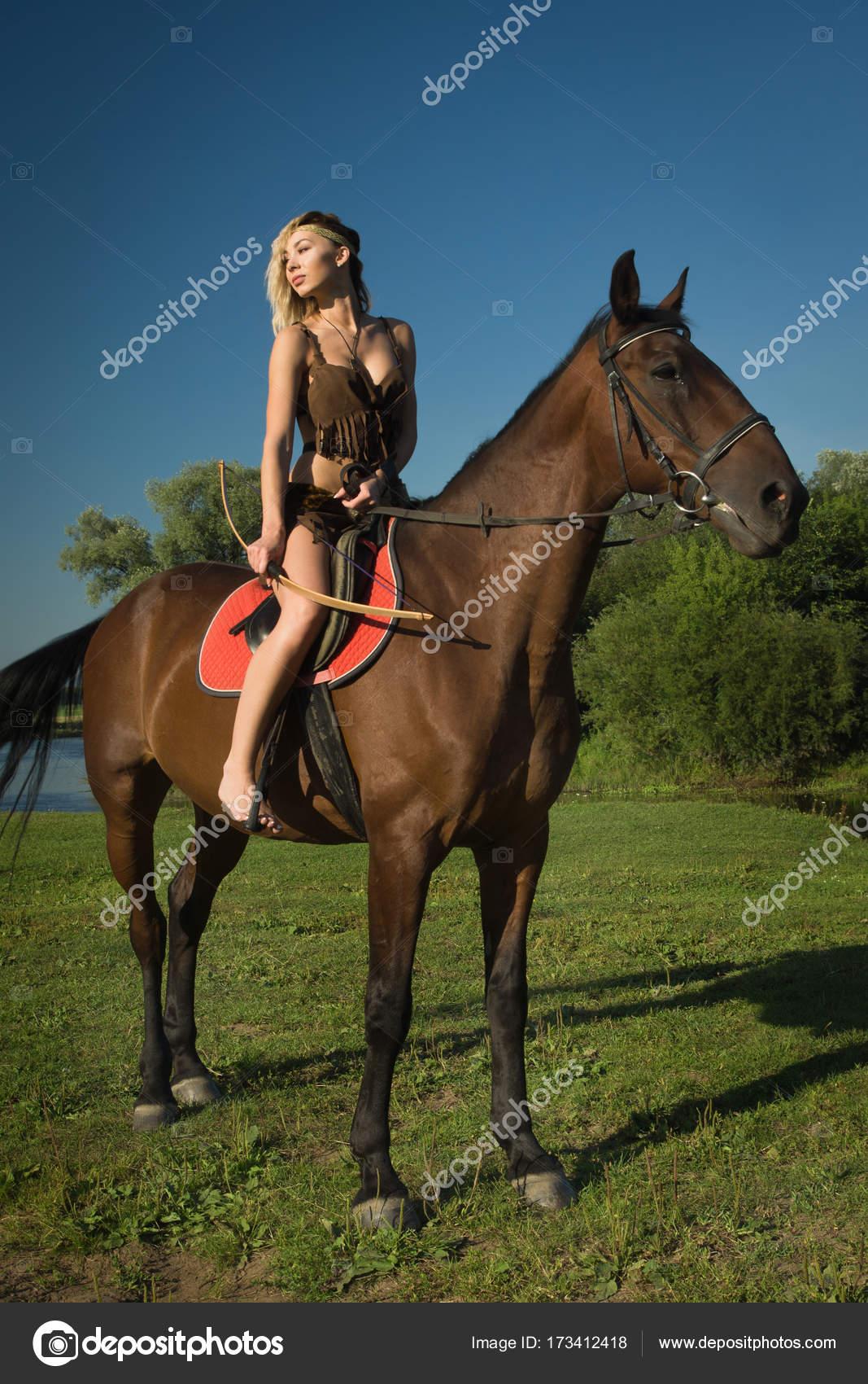 0ea5b92b4 Chica salvaje Amazona a caballo — Fotos de Stock © Demian  173412418