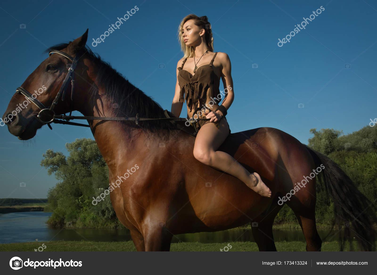 9ffbe1344 Chica salvaje Amazona a caballo — Foto de stock © Demian  173413324