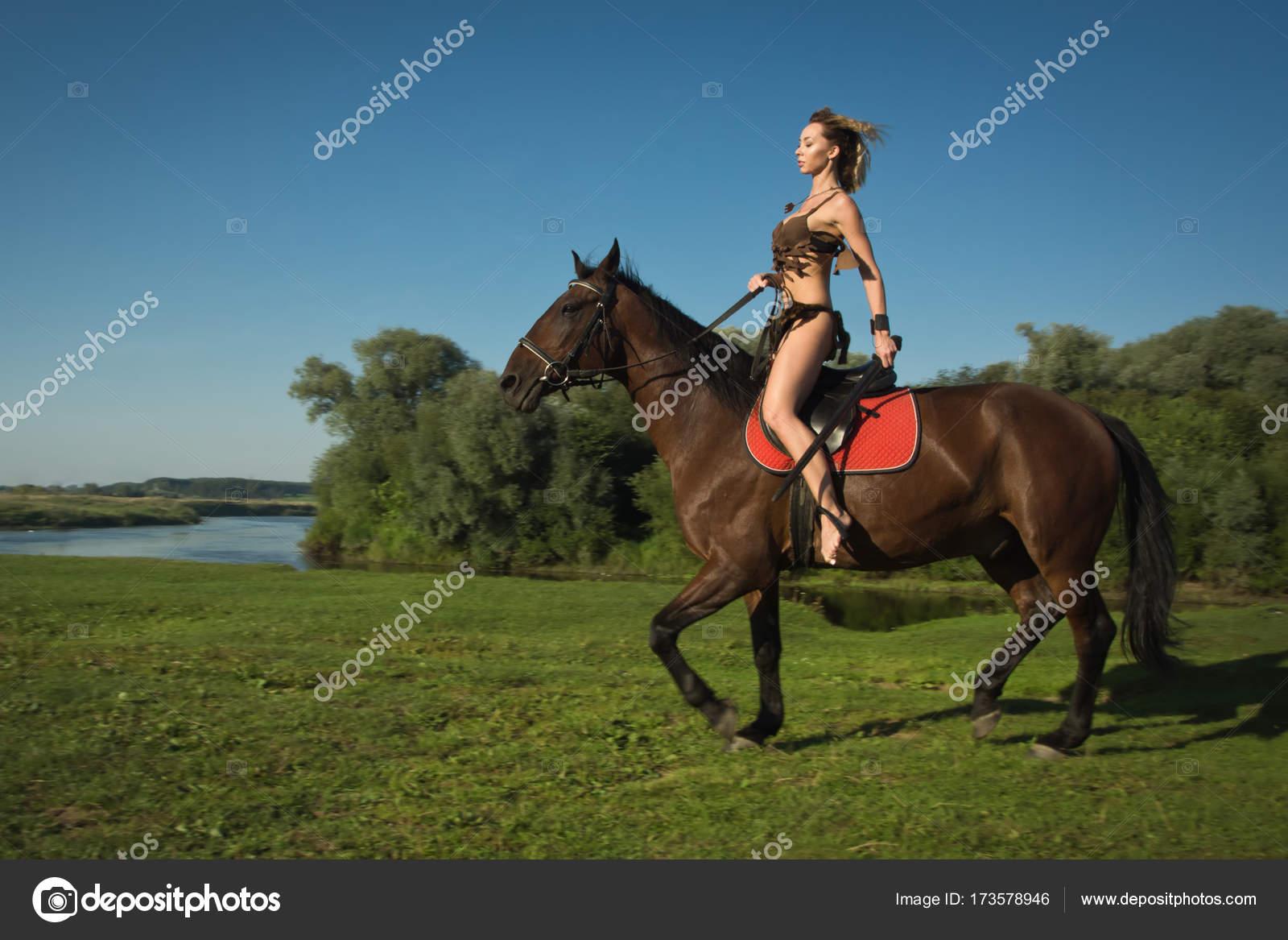 effd8a191 Chica salvaje Amazona a caballo — Fotos de Stock © Demian  173578946