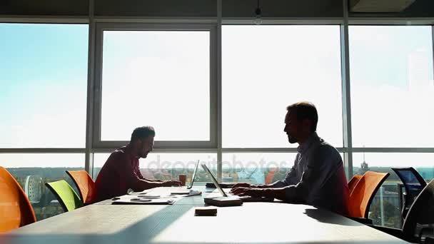 obchodní lidé pracující v kanceláři
