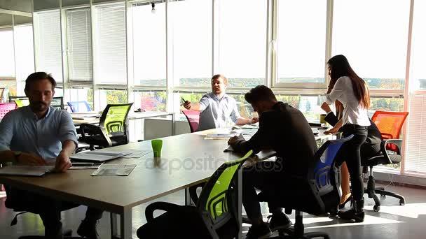 podnikatelé mají schůzku v kanceláři