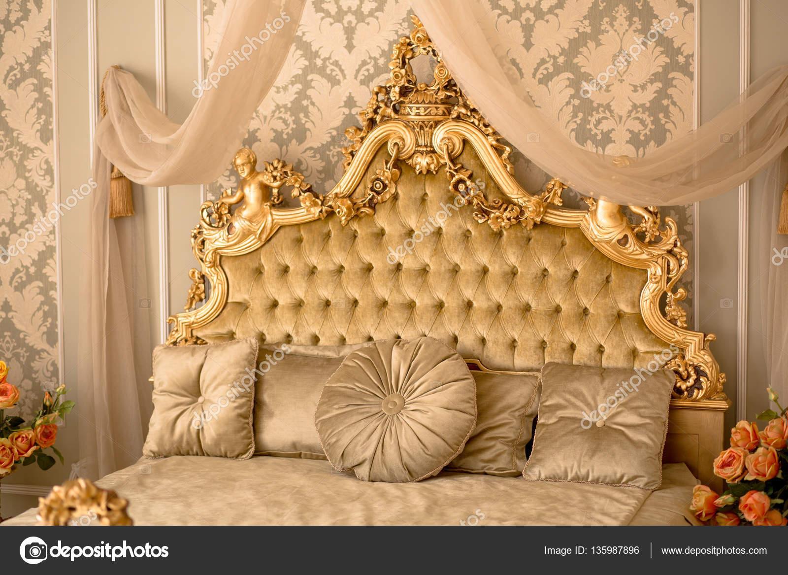 Koninklijke slaapkamer interieur — Stockfoto © svyatoslavlipik ...