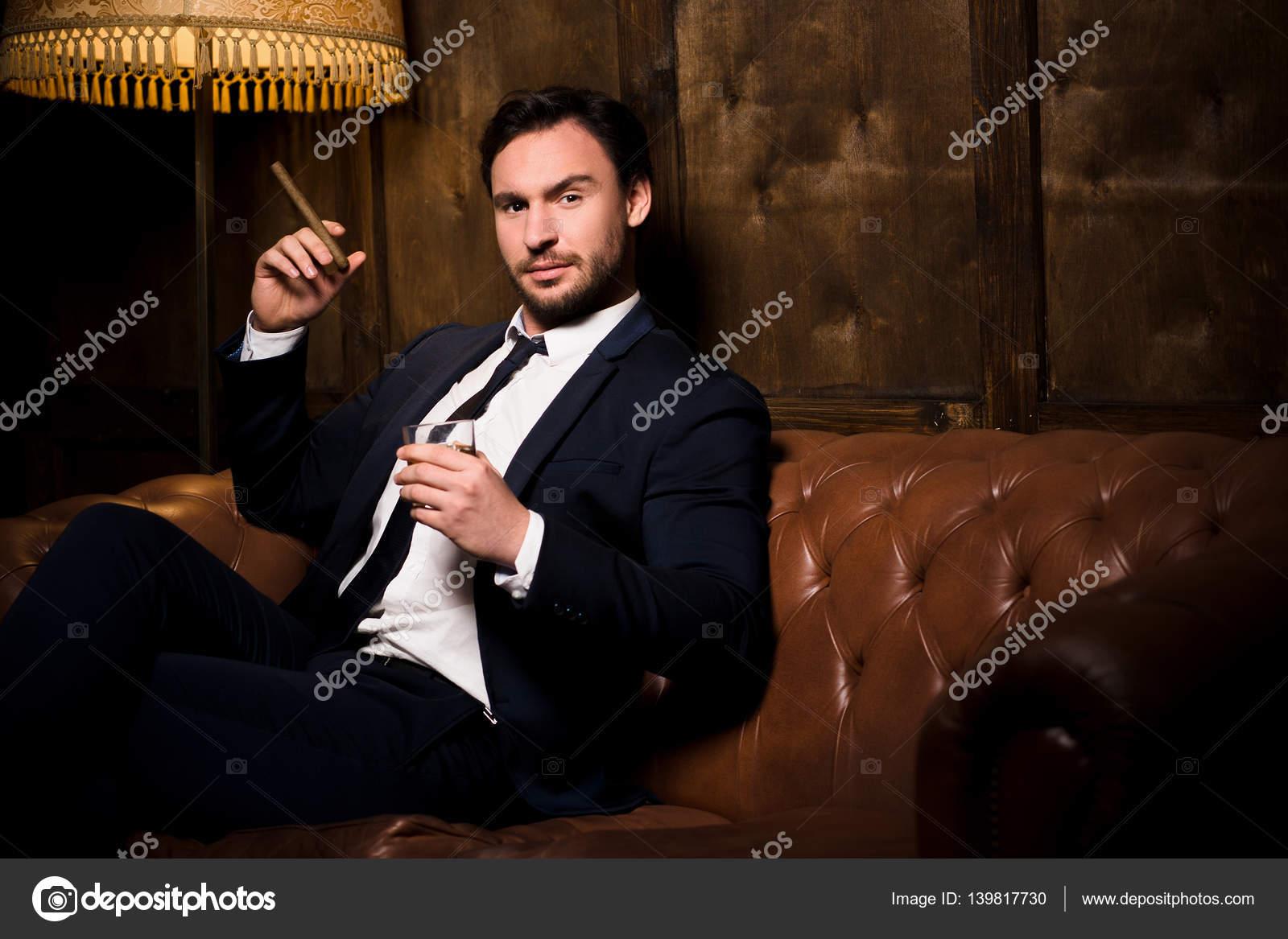 """Expresa tu momento """" in situ """" con una imagen - Página 40 Depositphotos_139817730-stock-photo-rich-businessman-with-cigar"""