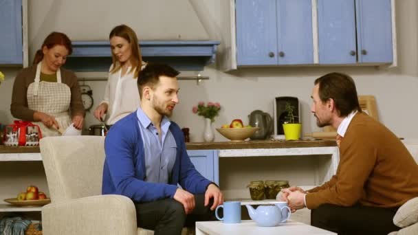 Konverzace mezi otcem a přítelem mladé ženy
