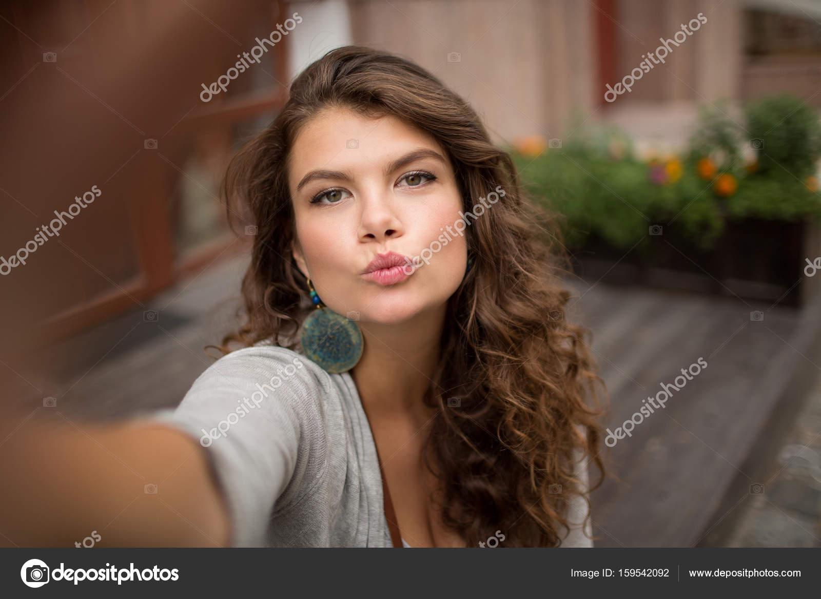 Schöne junge Frau Selfie auf der Straße zu tun