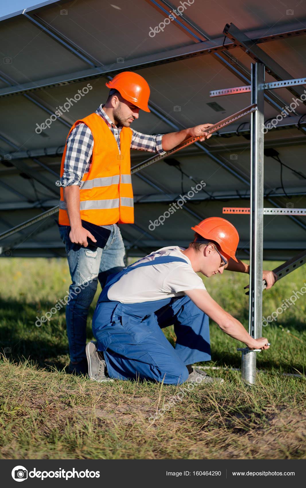 Constructores de instalación de marco con paneles solares en pila ...