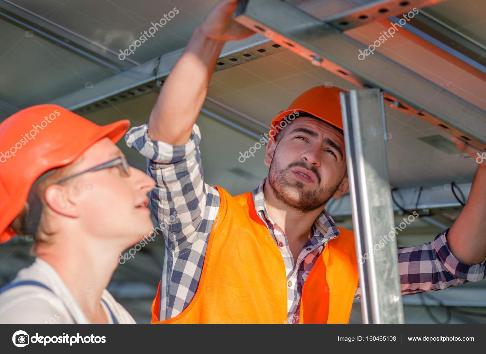 Ingenieros de instalación de paneles solares en el marco — Fotos de ...