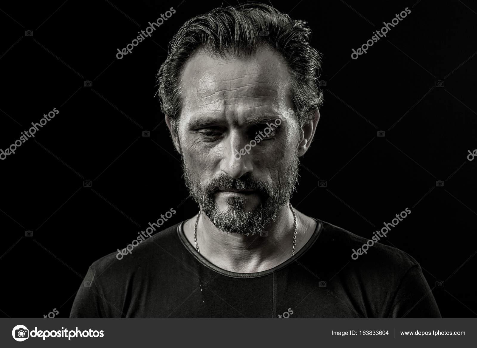 Noir Et Blanc Bouchent Le Portrait Dun Homme Sévère Avec L