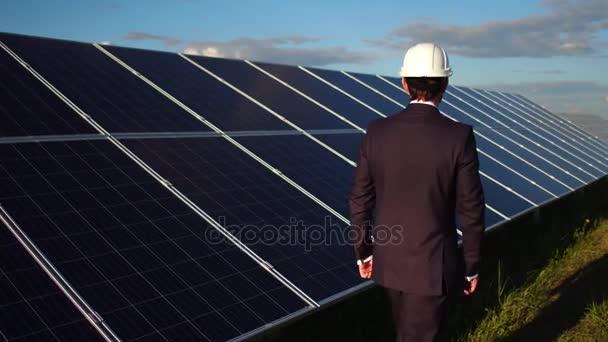 Podnikatel, výběr alternativních energií, chůze na stanici sluneční energie