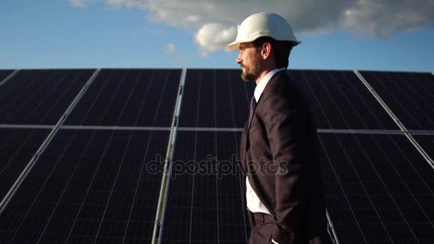 Zblízka pohled generální ředitel spuštění prostřednictvím solárních panelů