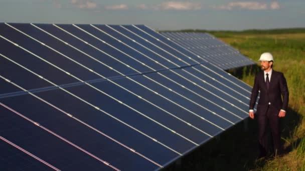 Ředitel sluneční energie stanice kontrola svorky solárních panelů
