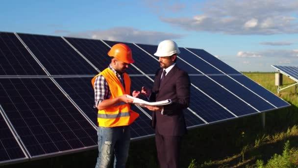 Na video solárních panelů v poli