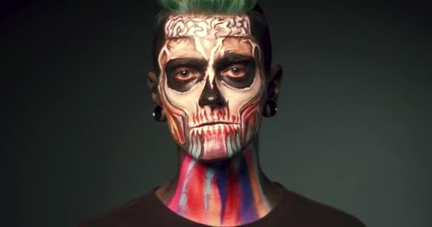 Hombre En Fondo Negro Con El Maquillaje De Calavera De Colores - Maquillaje-zombie-hombre