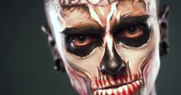 Maquillaje De La Cara De Zombie Hombre Video De Stock - Maquillaje-zombie-hombre