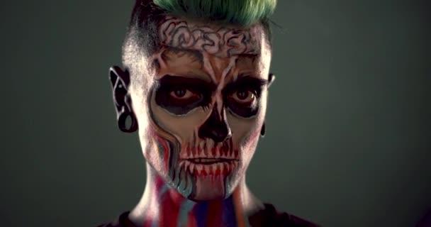 Images De Lhomme Avec Le Maquillage Zombie Coloré Vidéo