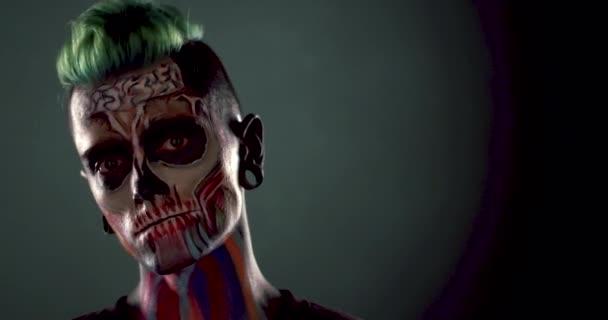 Záběry z mans tvář s barevnými kostry make-up