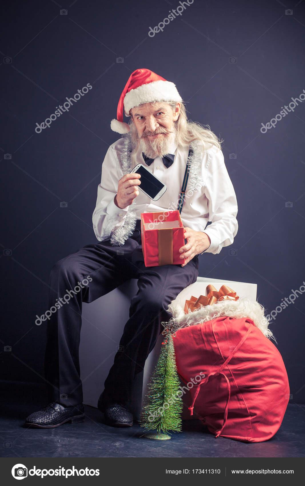 Happy Büro Santa Holding Handy als Weihnachtsgeschenk — Stockfoto ...