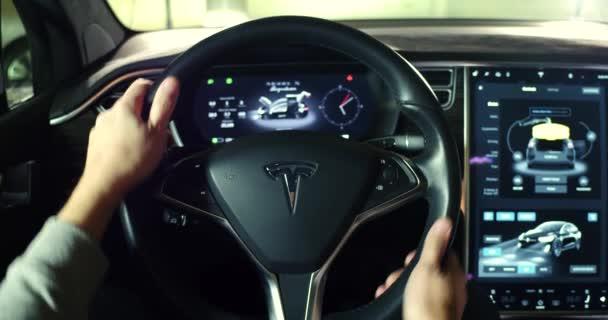 Interieur van de cabine van de tesla model x auto u2014 stockvideo