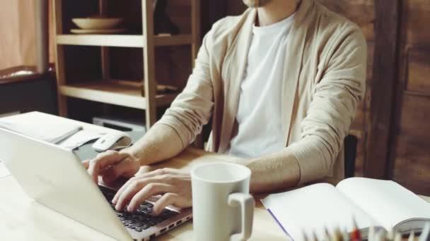 Laptop otthon dolgozó szabadúszó